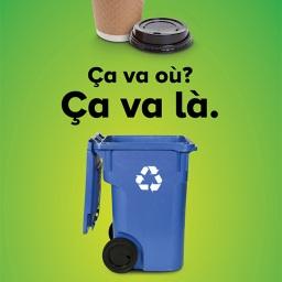 Une tasse à café en carton et son couvercle en plastique codé sont acceptés au recyclage. Pensez toutefois à en vider le contenu et à séparer le couvercle de la tasse avant de déposer ces matières dans le bac bleu.