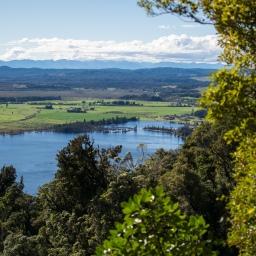 En randonnant vers le Mont Te Kinga avec vue sur le Lake Brunner
